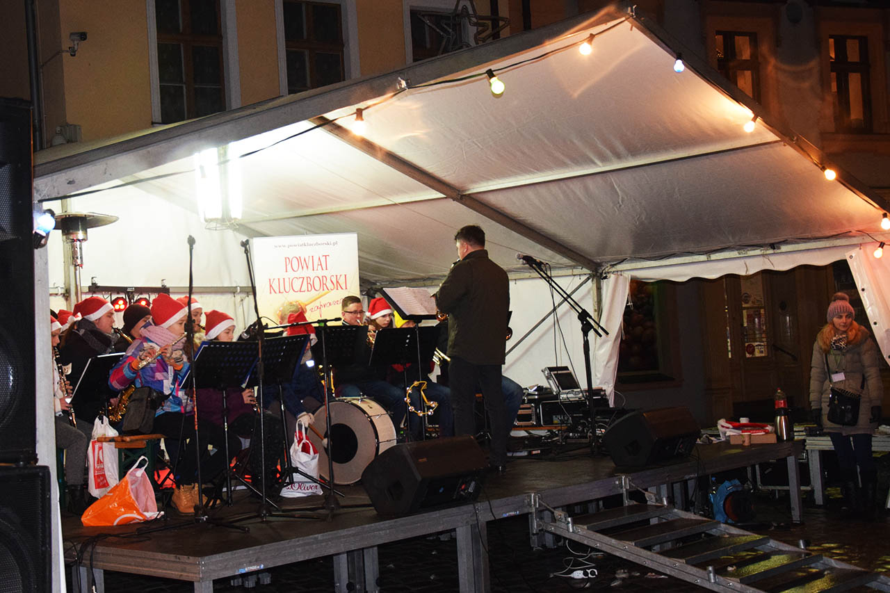 Występ Orkiestry Dętej na Jarmarku Bożonarodzeniowym w Kluczborku